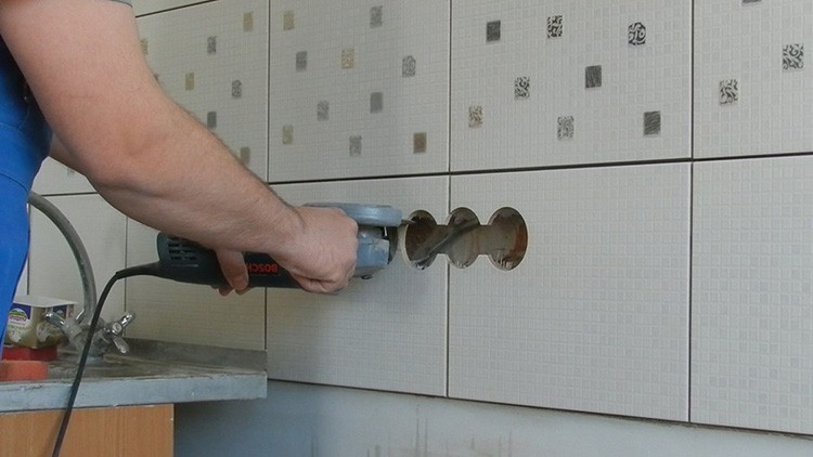 Плиточникам часто приходится делать отверстия в плитке под розетки, трубы и сантехнические приборы