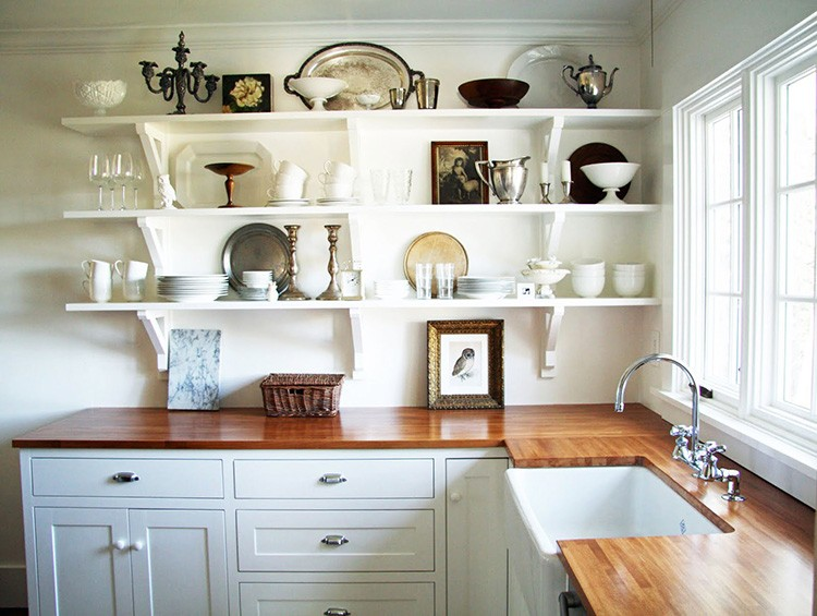 С полками вместо навесных шкафов кухня смотрится просторнее и легче