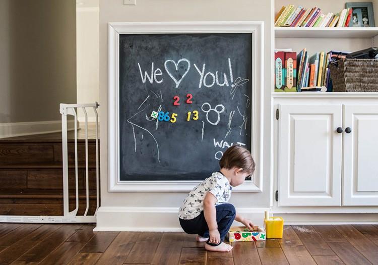 А ещё можно каждый день писать любимому человеку романтичные записки прямо на стене. Неплохо, да?