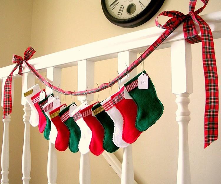 Элегантные подарочные сапожки в изголовье кровати – ребёнок оценит, если в каждом будут время от времени появляться маленькие сюрпризы.