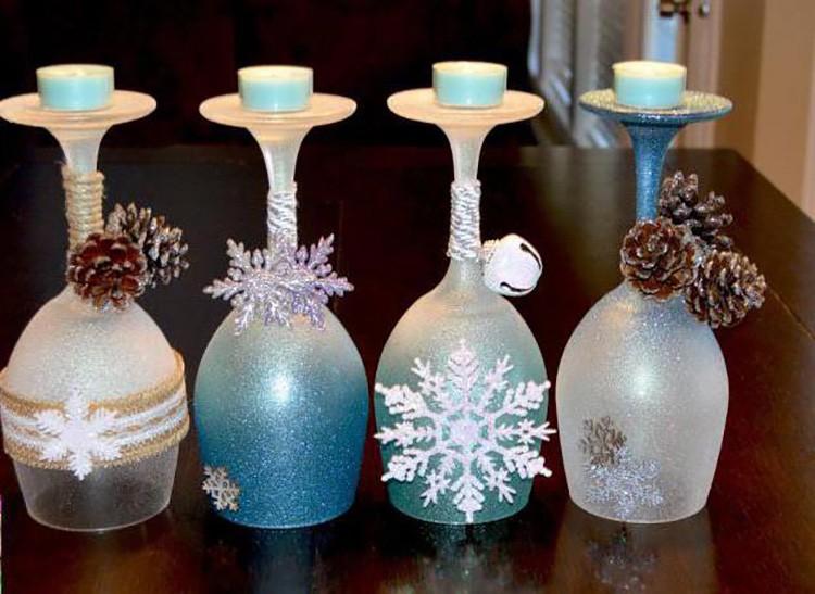 Бокалы окрашиваются с помощью обычной губки и гуаши (в консистенции сметаны). А дополнительным украшением могут послужить снежинки из бумаги или картона.
