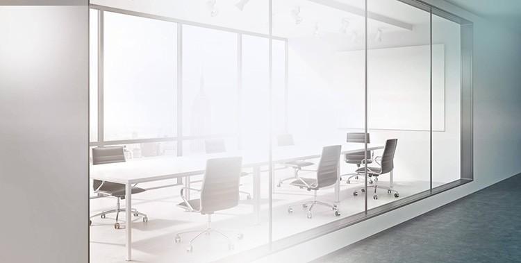 Чаще всего такие стёкла выполняют функцию перегородок в офисных помещениях