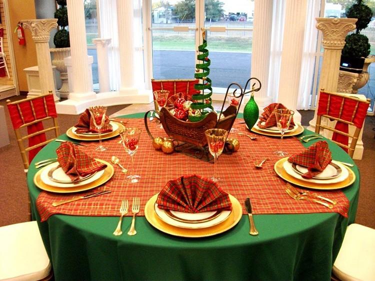Зелёная скатерть – неплохой выбор для новогоднего стола