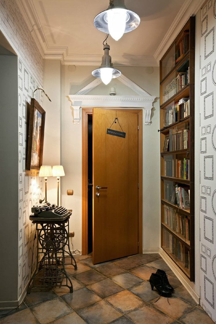 Креативное решение: в малогабаритной квартире можно из прихожей сделать библиотеку, отведя под неё часть стены. Печатная машинка, возможно, не принесёт пользы в коридоре, но прекрасно послужит в качестве атмосферного предмета.