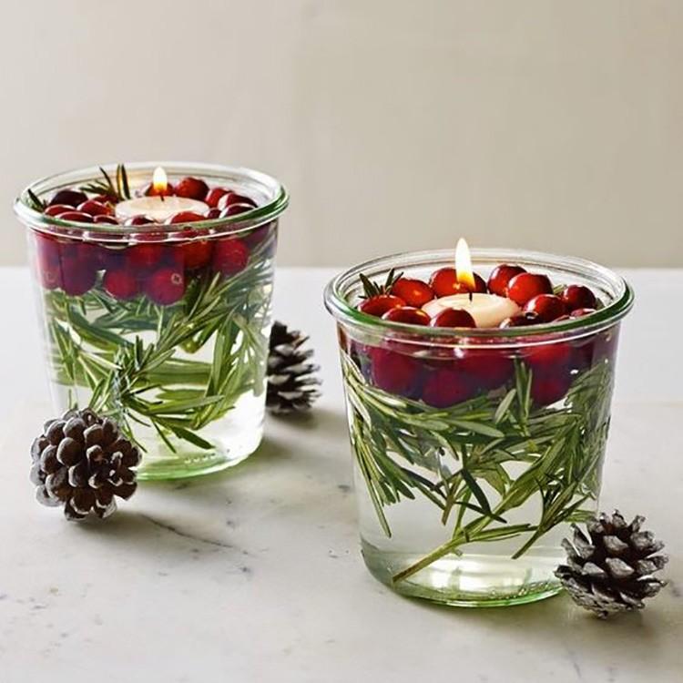 Зелёно-красный ягодный декор как нельзя лучше подходит к Новому году.
