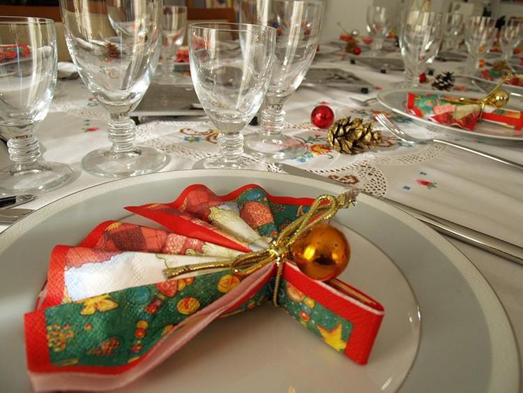 Оригинальное оформление новогоднего стола фото