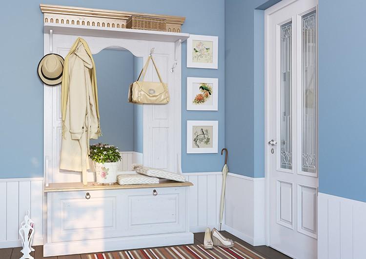 Тем, кто живёт в квартире один, не стоит усердствовать и навешивать большое количество вещей на вешалки. А вот аккуратный ряд картин не помешает.
