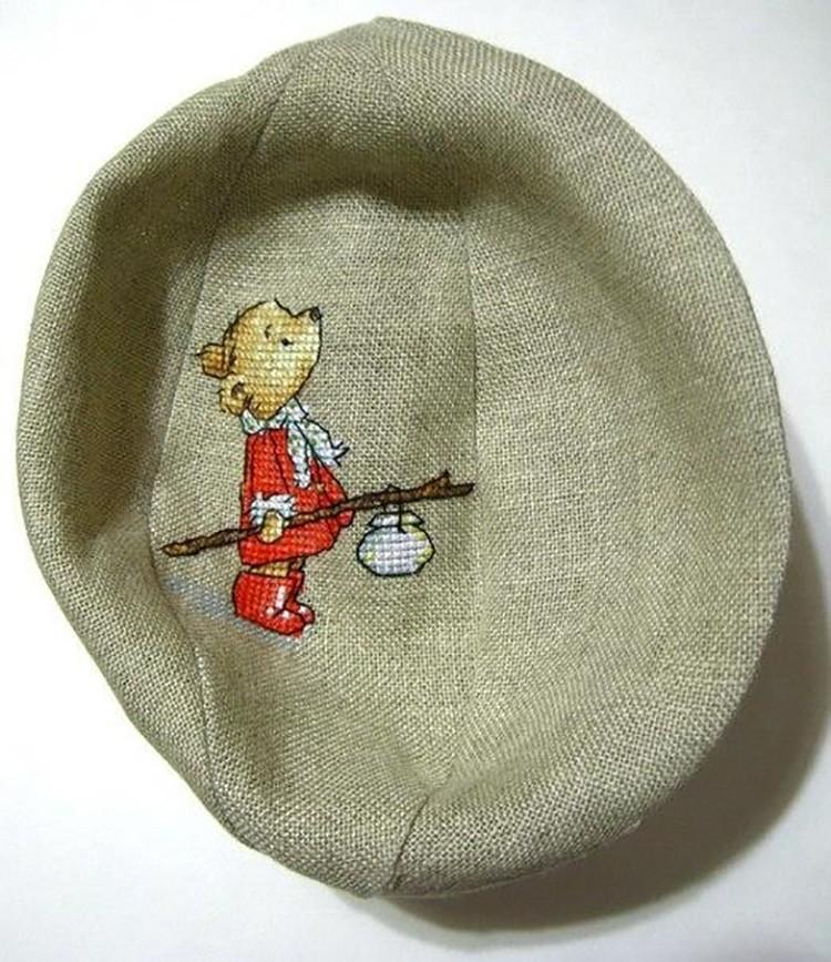 Из одинаковых шести частей, на одной из которых расположена вышивка, сшивают с изнаночной стороны шарик.