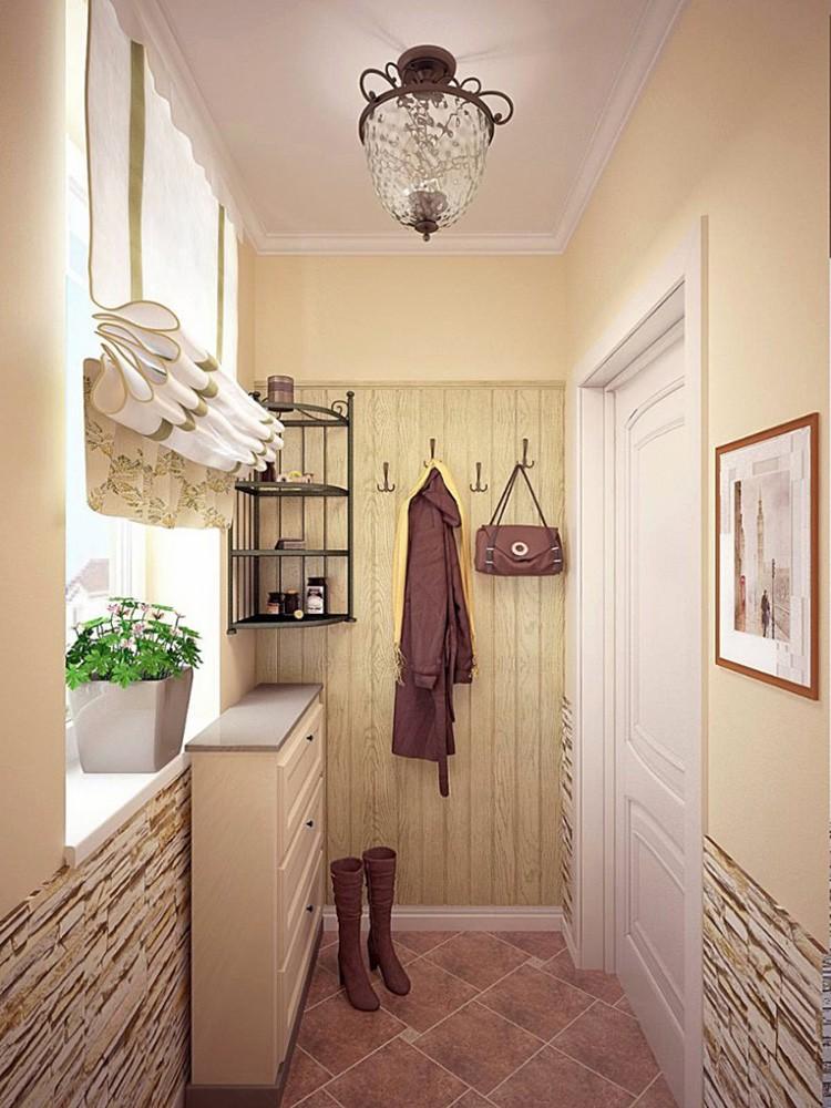 Узкие коридорчики вносят свои коррективы в декорирование помещений. Цветок на подоконнике, если таковой имеется, не помешает, а вот полочку стоит повесить повыше. Где можно не бояться занять полезное пространство — так это на потолке: лампы могут иметь любой абажур.