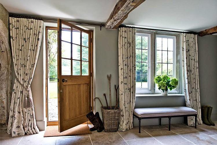 Не забываем о важной роли текстиля в создании уюта в прихожей.