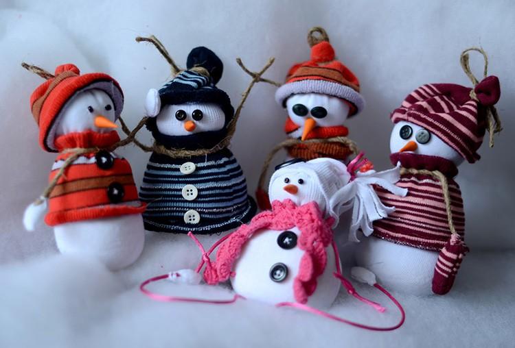 А дальше фантазируйте: шарфики, пуговки, колпачки – пусть каждый из них будет особенным