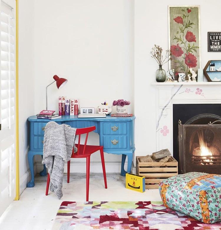 Уголок в спальне можно отвести рабочему месту и не скупиться при этом на приятные глазу мелочи.