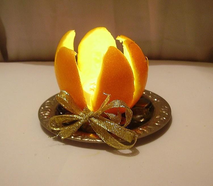 Можно просто разрезать корку и вынуть фрукт. Внутри останется как раз место для плоской маленькой свечки.