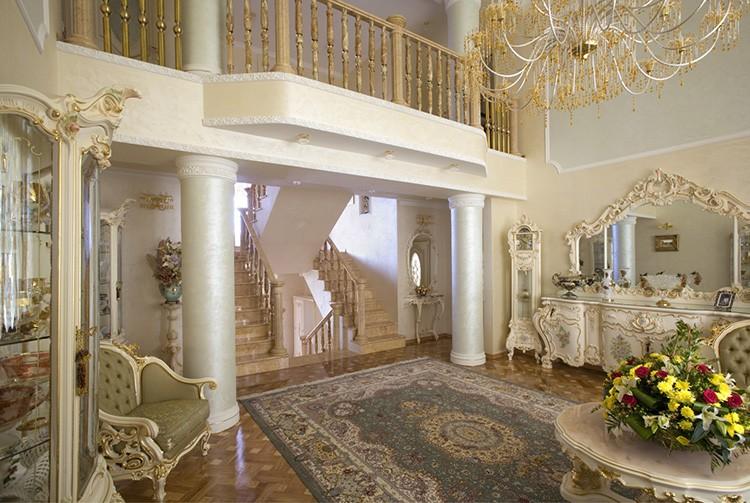 Подобные интерьеры органично смотрятся в загородных дворцах с высокими потолками и огромными окнами