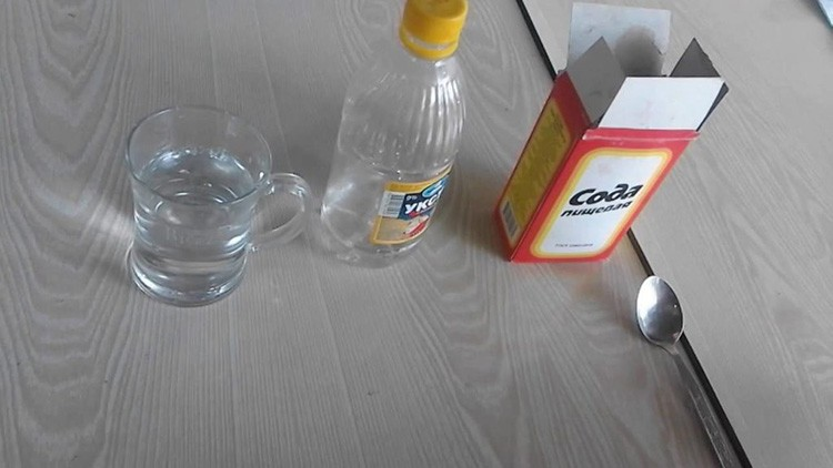 Сода и уксус – «убийственный» коктейль для чистки посуды и кафельной плитки