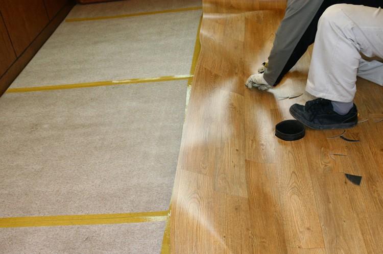 Если вы используете линолеум для напольного покрытия, то приобретайте только качественный материал с сертификатом безопасности