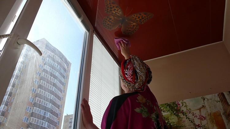 Уборка потолка выполняется раз в полгода или по мере появления загрязнений