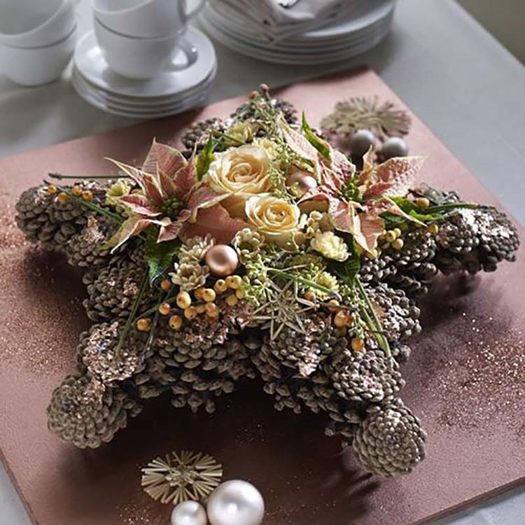 На панно из шишек можно собрать настенную ёлочку или венок, или просто собрать абстрактную композицию с праздничной атрибутикой