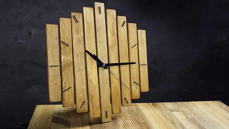Из деревянных реек получаются весьма стильные часы.