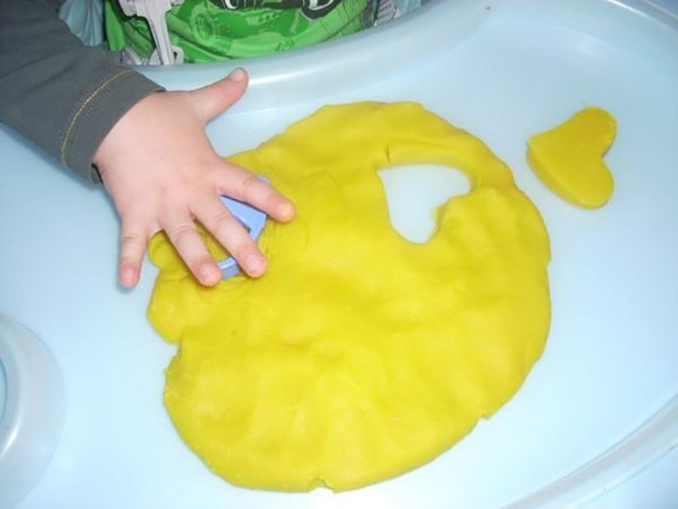 Можно с помощью скалки раскатать несколько кусочков пластилина и дать крохе повырезать из полотна «печенки», используя молды и заготовки для выпечки.