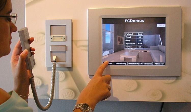 Домофон и управление электронным замком также контролируется системой