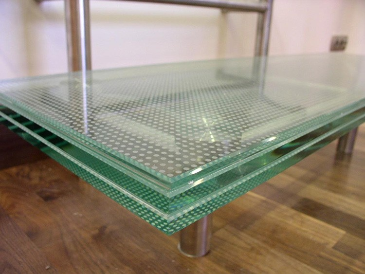 Триплекс может быть прозрачным или тонированным, для оформления изделий из него применяют обработку, дающую цветной или матовый эффект