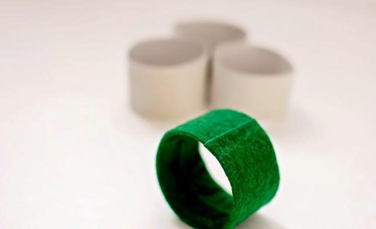 В основе колец может быть согнутая полоска картона — так работе придаётся нужная жёсткость. Фетр можно приклеить на полоску, а затем её согнуть и сшить или склеить.