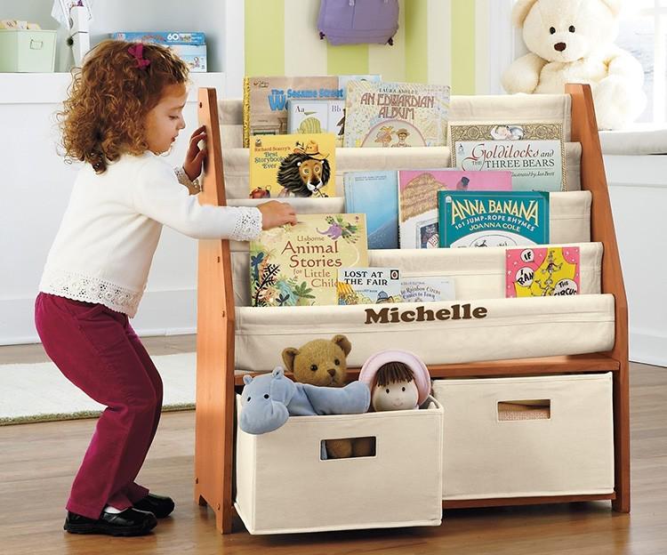 Полочки в детской тоже могут быть не только удобными, но и оригинальными.
