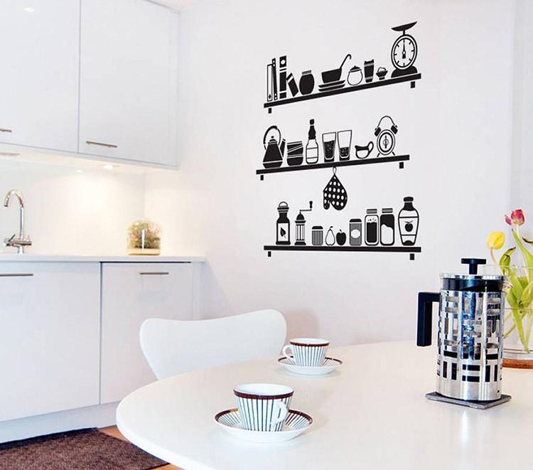 На стенах с помощью плёнки Oracal или готовых наклеек создают целую кухонную историю.