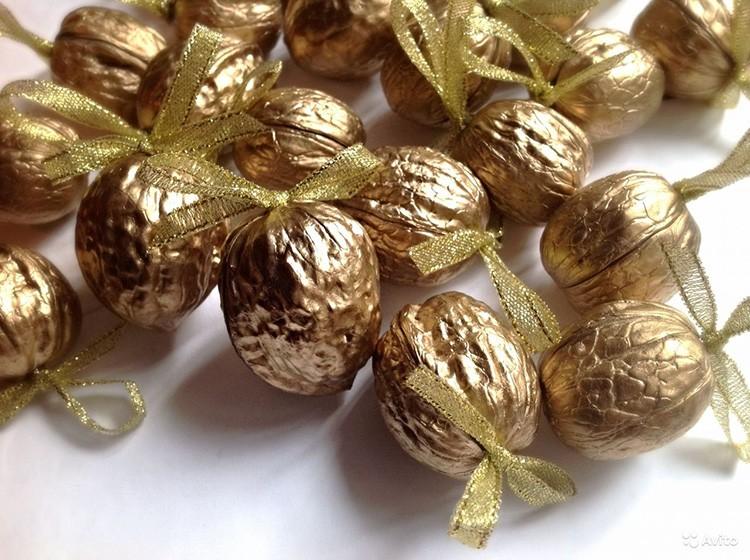 Через ленту золотистого ореха следует продеть прочную нить
