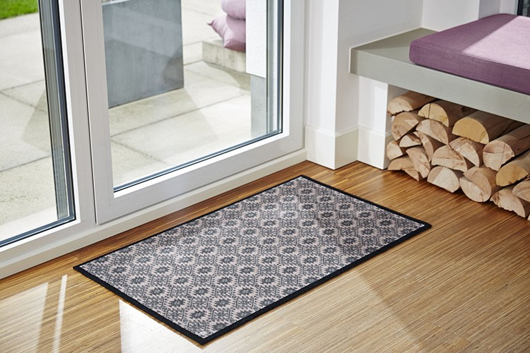 Можно постелить и впитывающий коврик, который легко отмыть