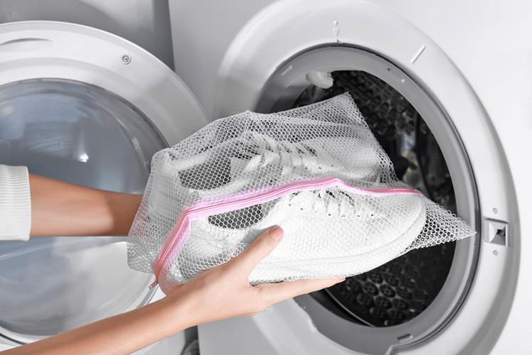 Если у вас не оказалось такого мешочка под рукой, заверните обувь в старую наволочку