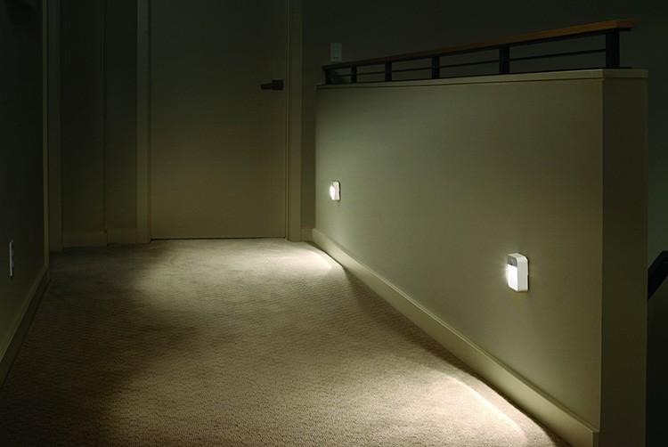 Такие светильники с датчиками можно установить не только в комнатах, но и в коридоре, прихожей, ванной комнате