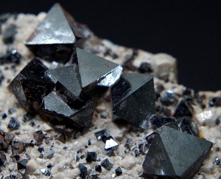 Этот минерал природного происхождения имеет свойство накапливать электромагнитное излучение