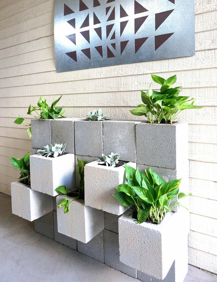 Около стены дома тоже можно сделать зелёный уголок.