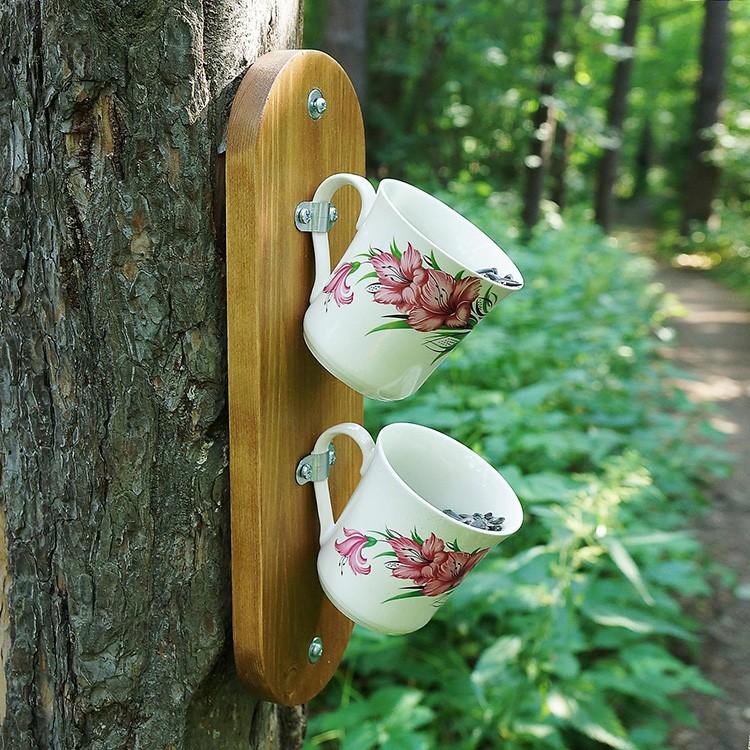 Отслужившая свой век посуда может поработать и на благо птиц в саду.