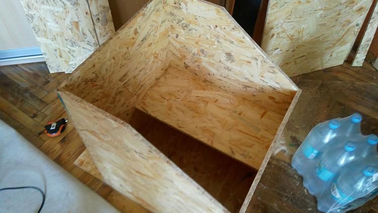 Фанеру легко выпилить, а всю конструкцию несложно собрать мебельным степлером.