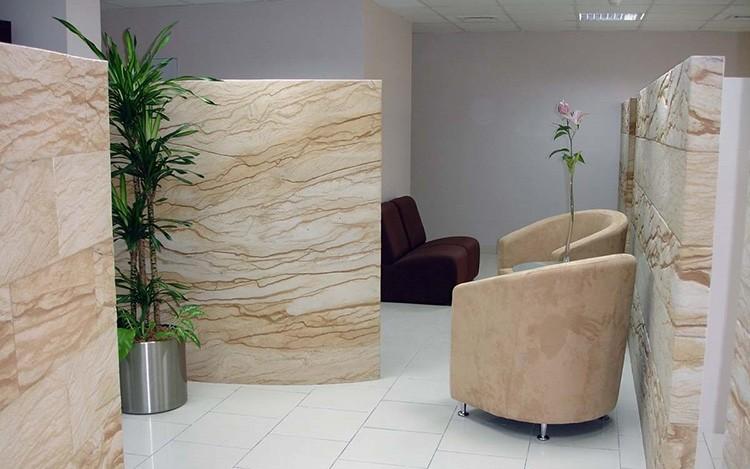 Этим материалом можно облицовывать внутренние помещения и оформлять наружные стены