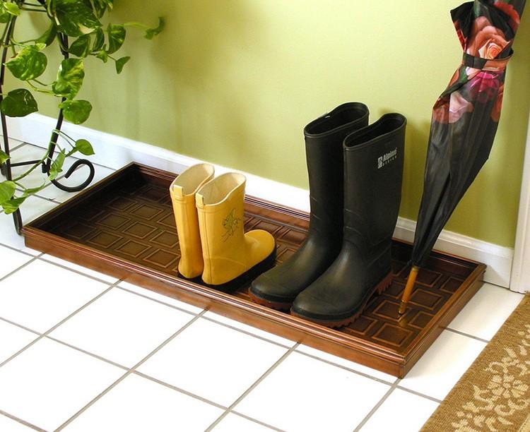 Поставьте в коридоре поднос, пусть ставят мокрую обувь в него