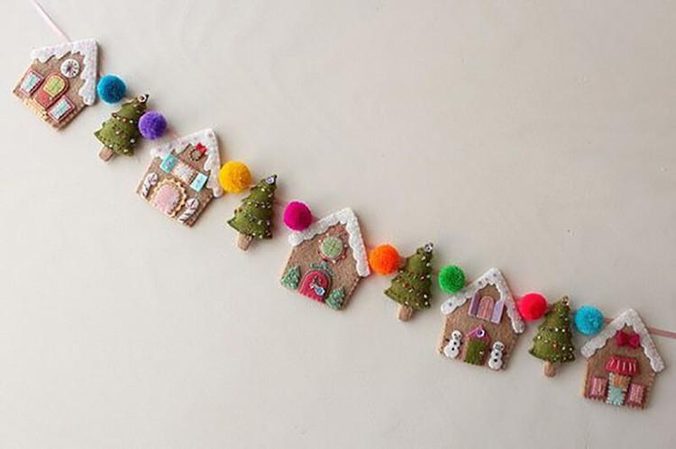К новогодним сюжетам относят заснеженные домики, ёлочки. К ним делают маленькие помпончики из шерстяных ниток.