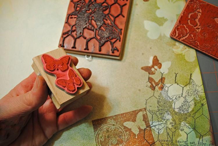 Штампинг – это использование небольших печатей из силикона или резины. С помощью краски и штампов создаются узоры и композиции