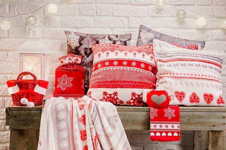 Классический партнер белого в этом стиле – красный. Олени на подушках и скатертях, уютные пледы с орнаментом – всё это создаст неповторимое очарование