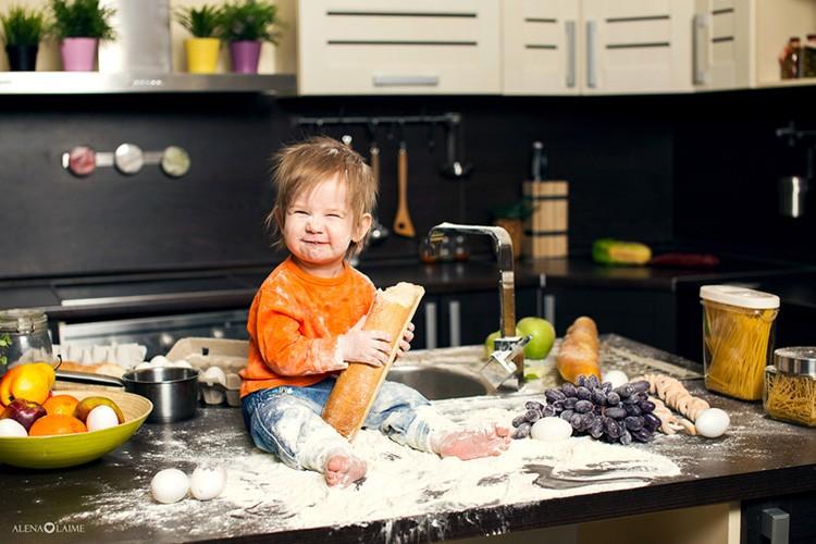 За детьми на кухне нужно следить – даже если у вас установлена защита на плите и посудомойке