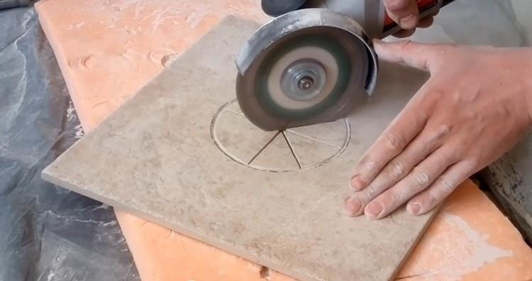 При некоторой сноровке и не спеша можно сделать отверстие в плитке при помощи болгарки