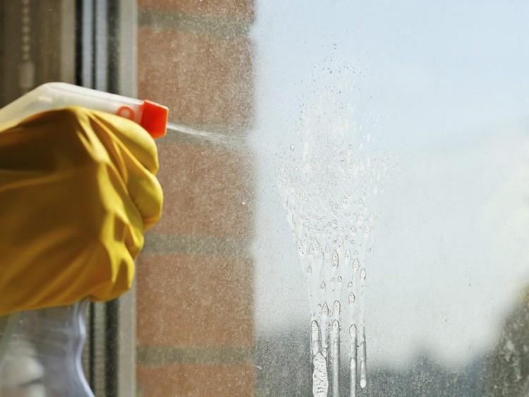 Вымойте окно и нанесите мыльный раствор