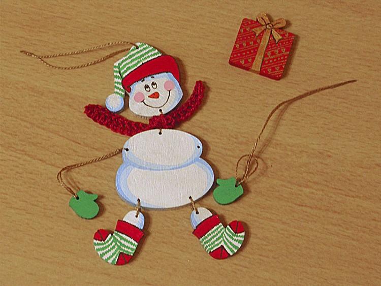 Маленький снежный друг без снега получается из акварельной бумаги: расписываем нарисованного снеговика красками, ждём высыхания, вырезаем и желательно приклеиваем его на картон.