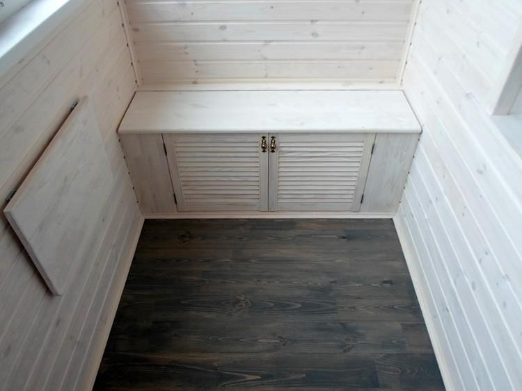 Чтобы крышка или дверцы случайно не приоткрылась и не пустили мороз внутрь, продумайте способ её закрывания на замочек или щеколду