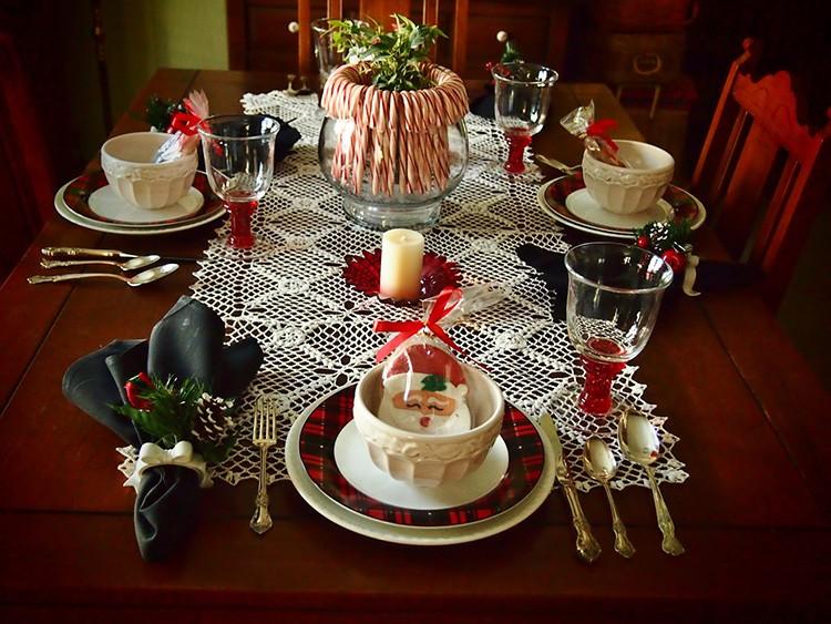 Цвет тарелок зависит от цветового оформления скатерти