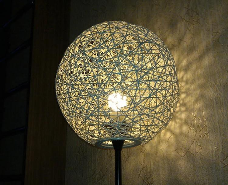 Плотная нить, клей ПВА и обычный воздушный шар — получается интересный абажур с рассеиванием света.