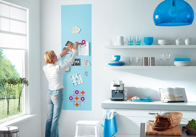 Вы можете выкрасить им стены в кухне и размещать на них любимые рецепты и записки для членов семьи